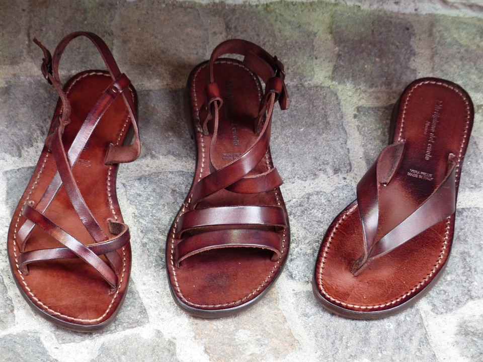 Les sandales reviennent à la mode.